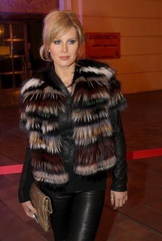 Simona Krainová na to šla rafinovaně. Zkombinovala černou kůži s vestou z  různě barevných kožešin. 35624e21b4
