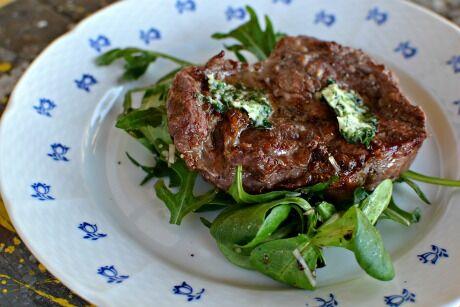 bylinkové máslo a steak