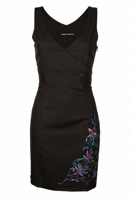 adb26ec87778 Klasickými pouzdrovými šaty nemůžeme nic zkazit. Malé černé ozvláštněné  výšivkou. (Gábina Páralová). Semi-formal