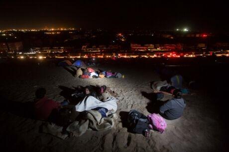 Lidé spící po zemětřesení na pláži. kam byli evakuováni úřady