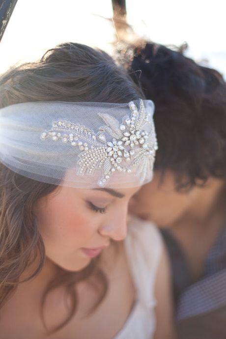 Závoj je symbolem svatby, ale ne každá nevěsta o něj stojí. Zvláště komornější