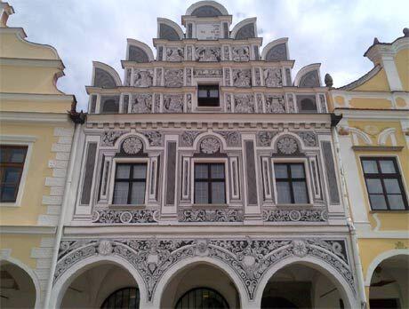 Asi každý ví, že Telč patří mezi kulturní památky dědictví UNESCO a už samotná její návštěva je neopakovatelný zážitek. Pokud jste navíc filmová fanynka nebo máte dítko školou povinné, které normální prohlídky hradů a zámků obvykle nemiluje, přijdete si ve těchto dnech ale opravdu na své.  Lokalita krásného zámku a okolí je totiž atraktivní pro filmaře české i zahraniční - a natočilo se zde bezpočet úchvatných záběrů, které si zahrály v nejednom oblíbeném dílku. Někdy je poznáme na první dobrou, jindy je zapotřebí malou nápovědu.  A pokud už vám návštěva tohoto místa letos nevyjde, nebuďte, dámy, smutné. Na jaře se jistě objeví další příležitost a i kdyby se žádná výstava nekonala (o čemž pochybuji) vychutnáte si zámek a celé město prostě jinak.  Telč