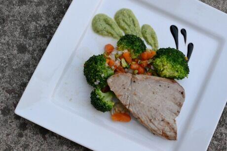 tu��k s brokolicov�m sal�tem a brokolicov�m pyr�