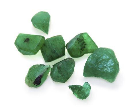 b47ea18d6e5 Ne náhodou i slavný text Herma Trismegista, základní dílo alchymie, byl  nalezen na smaragdové desce. smaragd