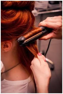 Za pomoci žehličky na vlasy prameny natáčejte a směr natáčení na jednom  pramenu několikrát měňte. Prameň natočte nejdříve směrem nahoru 14f9c0761c2