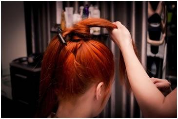 Vlasy v ohonu rozdělte na dva stejné díly . 4ed76ee9dc6
