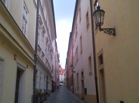 Malebné pražské uličky směrem na Hrad