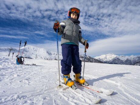92b731533 Přilbu by však děti měly mít v lyžařské školičce, nebo na svahu s ostatními  lyžaři. Je nutno totiž počítat s rizikem z okolí.