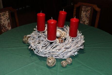 Stojan na svíčky (věnec) 279,- Červená svíčka 49,-