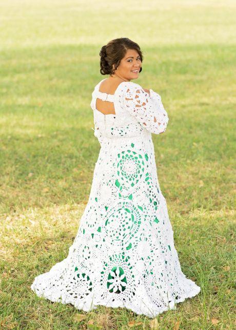 bbcb7bd066d ŽENA-IN - Nevěsta si svatební šaty sama uháčkovala. Líbí se vám