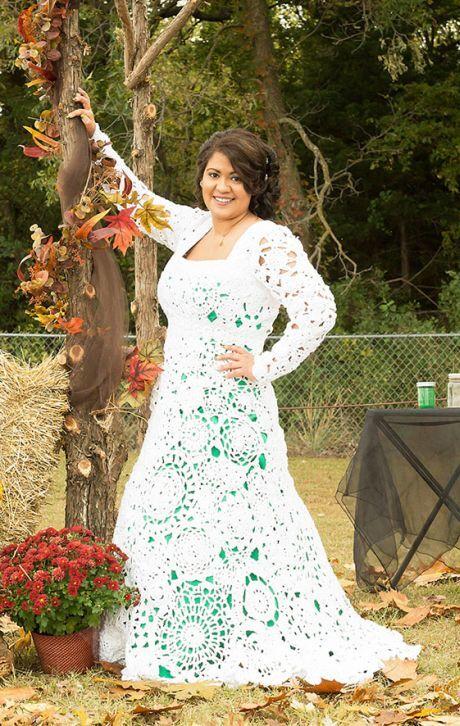 5a0ca79c993 ŽENA-IN - Nevěsta si svatební šaty sama uháčkovala. Líbí se vám