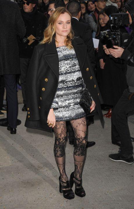 76706d58848 Herečka Diane Kruger si na módní přehlídku Chanel oblékla podivně  vzorovnané punčochy