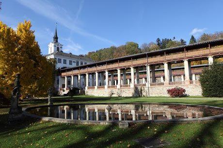 Klasicistní kolonáda s krytou pergolou v zámecké zahradě