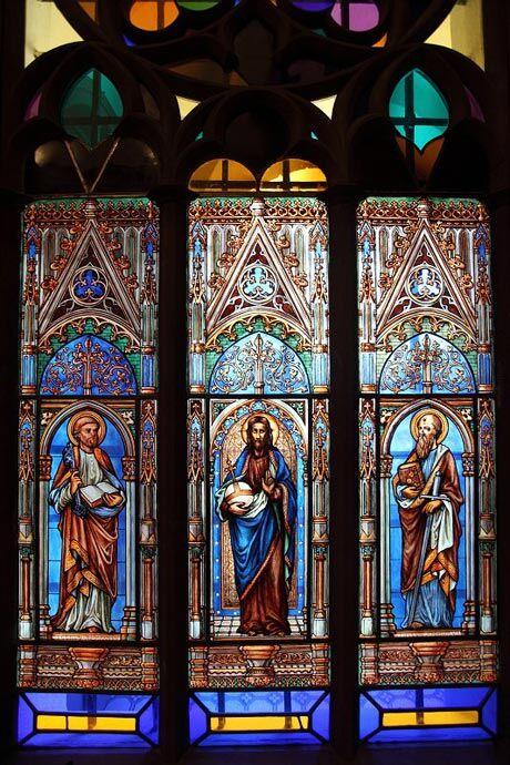 Novogotická vitráž okna v kapli