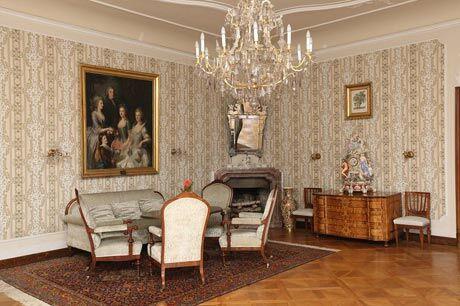 Dámský salón s portrétem  baronské rodiny Friesů od  Augusta Friedricha Oelenhainze (1786)