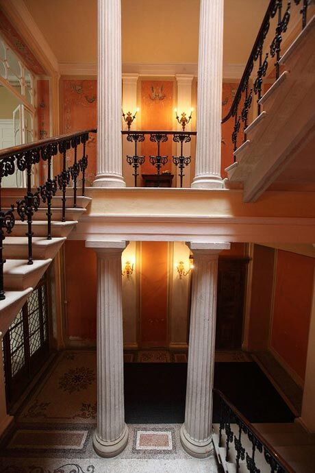 Vstupní antikizující schodišťová hala