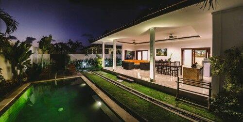 Komfortné ubytovanie vo vile s vlastným bazénom a velkou obývačkou s kuchyňou.