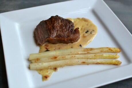 hovězí steak s šalotkovou omáčkou a chřestem