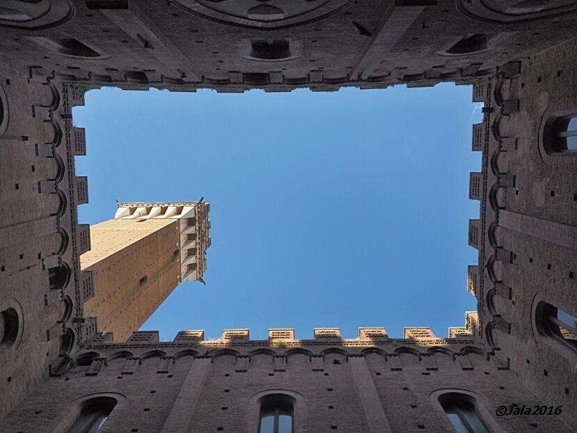 Siena-Palazzo-Pubblico-court