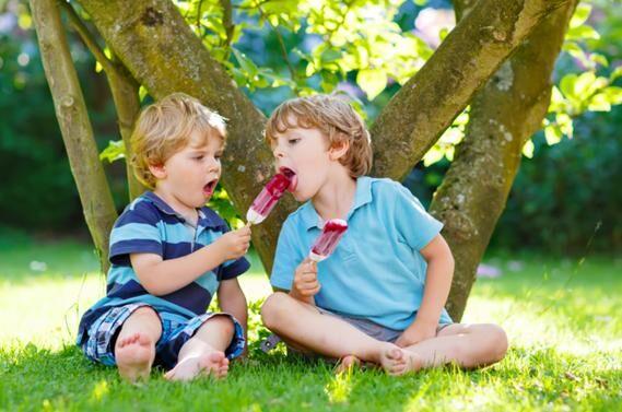 děti pod stromem se zmrzlinou