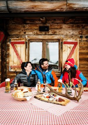 Příjemné posezení na horské chatě Christas Skialm (c) Zillertal Tourismus - Marco Rossi