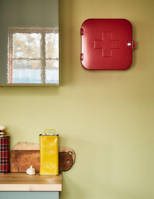 V otevřené kuchyňské zásuvce je vidět vybavení první pomoci.