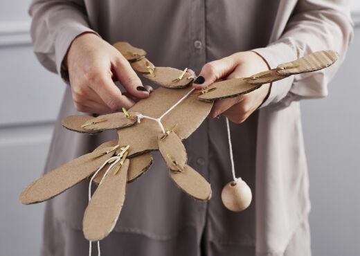 Ručně vyrobená hračka z kartonu