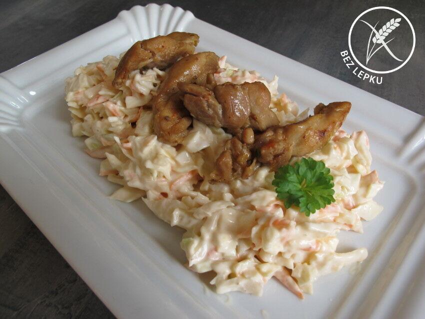 grilované kuře se salátem coleslaw