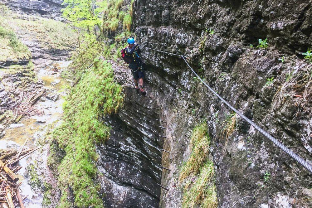 Postalmklamm Klettersteig - je velmi dobře odjištěná, ale na kolících budete stát skoro celou cestu kaňonem