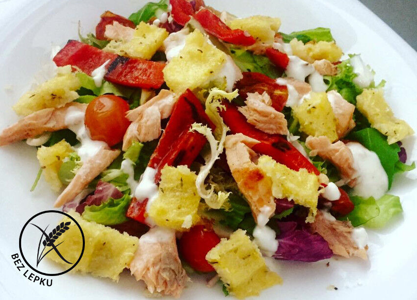 letní salát s grilovaným lososem a polentou