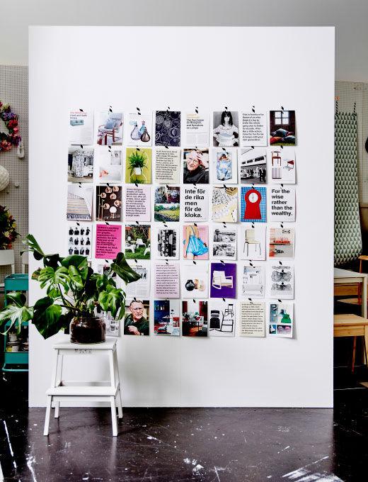 Obrázek stěny pokryté stránkami z knihy