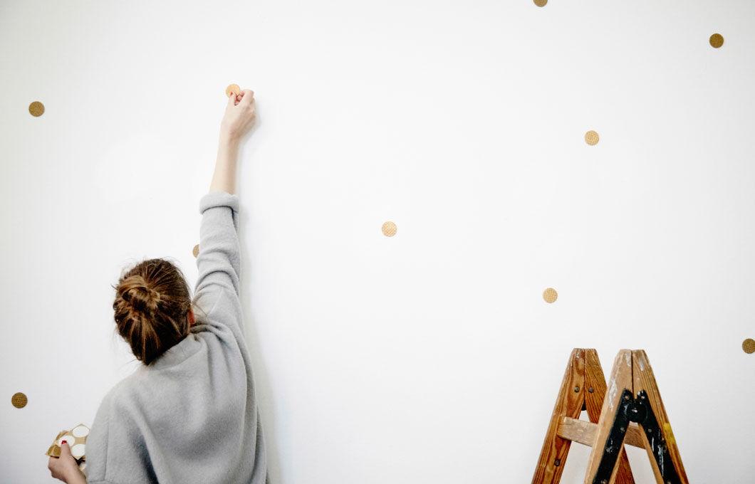 Agnes zakrývá díry ve zdi
