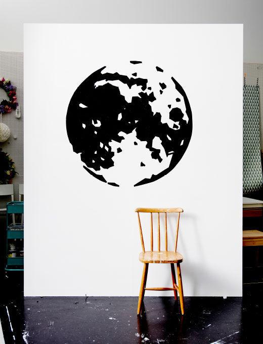 Stěna s obrázkem zeměkoule z lepicí pásky