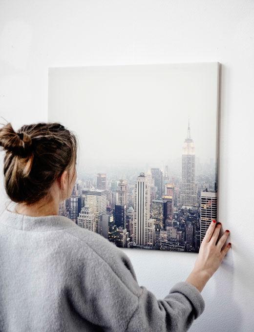 Agnes věší na stěnu obraz