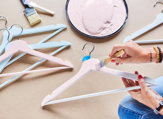 Pro sladěný vzhled natřete ramínka stejným odstínem, který mají šaty na nich. IKEA má spoustu ramínek a věšáků na kalhoty/sukně. Využijte svůj smysl pro detail — dejte věci na šatní stojan.