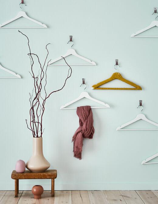 Docilte doma pořádku i hezkého vizuálního vjemu, spojte formu s funkcí a vytvořte svébytné dílo z ramínek! IKEA má spoustu ramínek, např. BUMERANG v bílé.