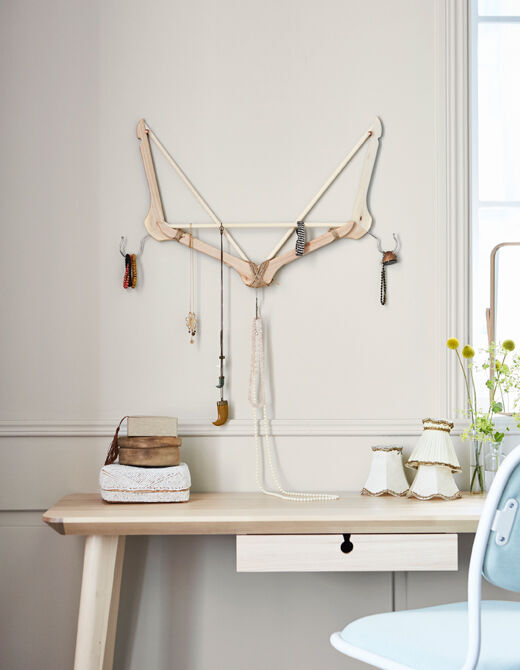 Máte spoustu šperků a bižuterie? Ramínka zabrání tomu, aby se vám náramky zamotávaly do sebe! IKEA má spoustu ramínek, např. BUMERANG v přírodní barvě z masivního dřeva.