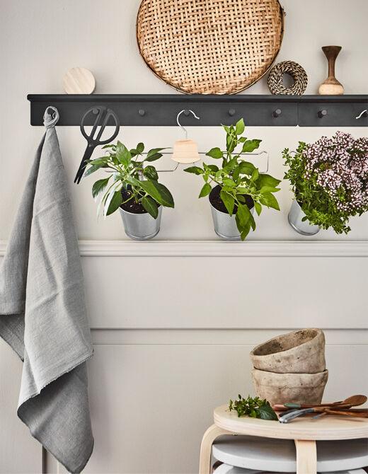 Hledáte inovativní nápady pro kuchyňskou zahrádku? Vytvořte ji pomocí ramínek! IKEA nabízí spoustu ramínek na šaty, např. pochromovaný věšák na kalhoty/sukně BUMERANG.