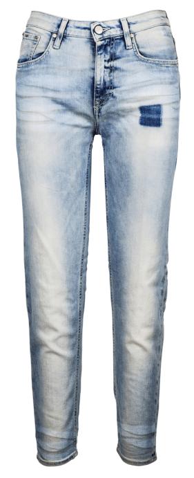 Stylové kalhoty typu boyfriend naleznete například v obchodě značky Karl  Lagerfeld ve Fashion Arena Prague Outlet. Původní cena 4150 Kč bd9a7b23ec