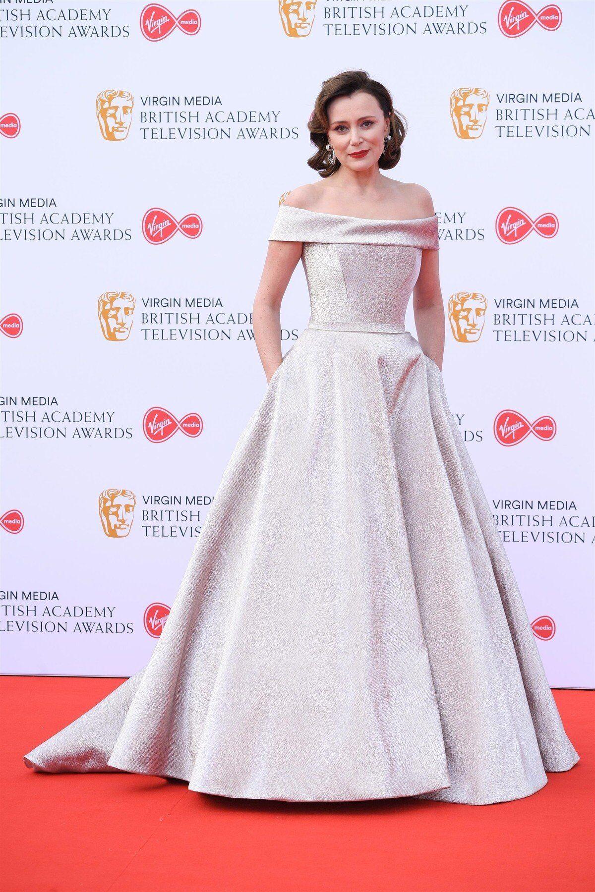 ca7caf204 Zvláštní šaty zvolila moderátorka Maya Jama. Bílé blyštící se šaty bez  rukávů se střapci, skrze něž prosvítaly nohy, herečka doplnila výrazným  stříbrným ...