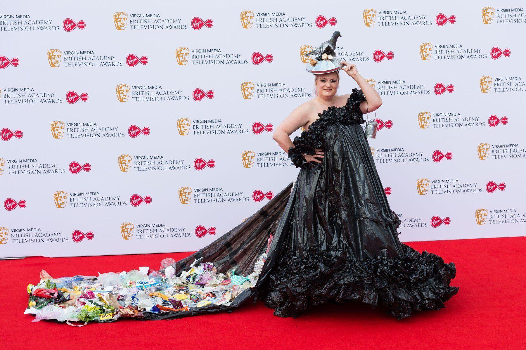 d9a4c0eb4 V jedněch z nejvíce extravagantních a nepřehlédnutelných šatů přišel také  současný anglický umělec Grayson Perry. Jeho šaty byly opravdu uměleckým  dílem.